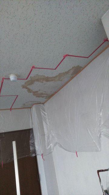 岐阜市で雨漏れによりシミが出来たジプトーンの塗装の様子