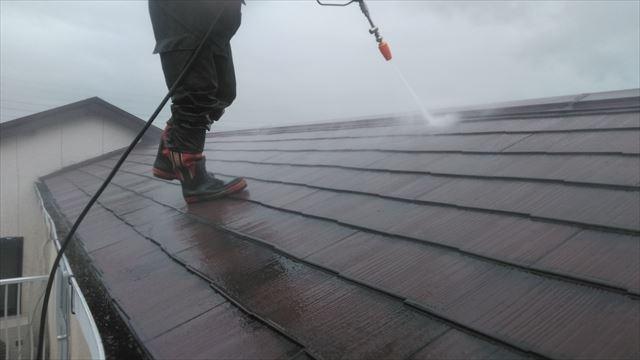 岐阜市の2階建て住宅で屋根塗装工事、鉄部の塗装工事が始まりました