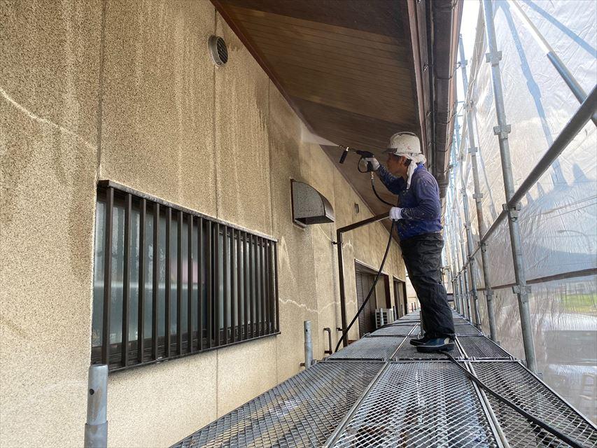 海津市内の公民館で外壁塗装工事が始まりました。(高圧洗浄)等